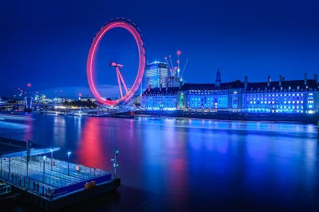 Het london eye 's nachts is een spectaculair gezicht, londen, verenigd koninkrijk