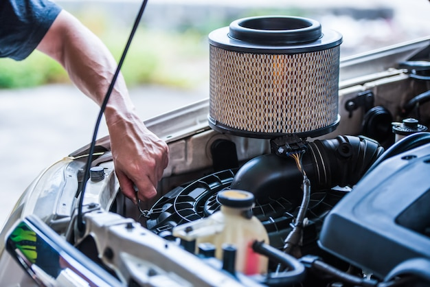 Het luchtfilter van de auto vervangen als de auto in een stoffige omgeving rijdt, moet deze vaker worden vervangen, het concept van de auto-onderhoudsservice.