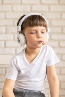Het luisteren van de jongen muziek