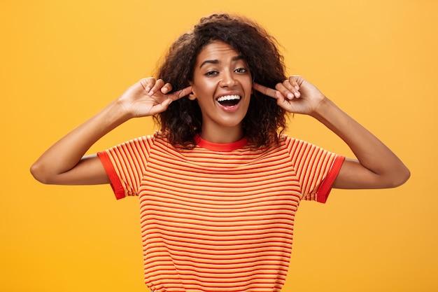 Het maakt niet uit welk woord je niet kunt horen, zorgeloos, onverschillig, goed uitziende afro-amerikaanse vrouw met...
