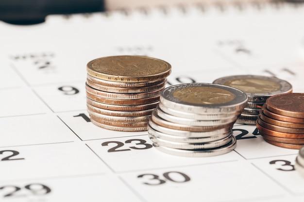 Het macroschot van onherkenbare muntstukken stapelde dicht omhoog op