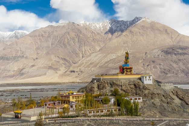 Het maitreya-boeddhabeeld met himalayagebergte van diskit-klooster, leh ladakh