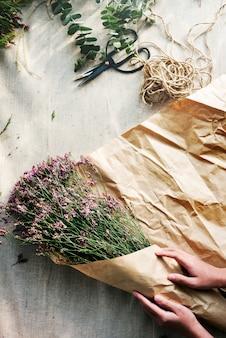 Het maken van bloemboeket floral gift present concept