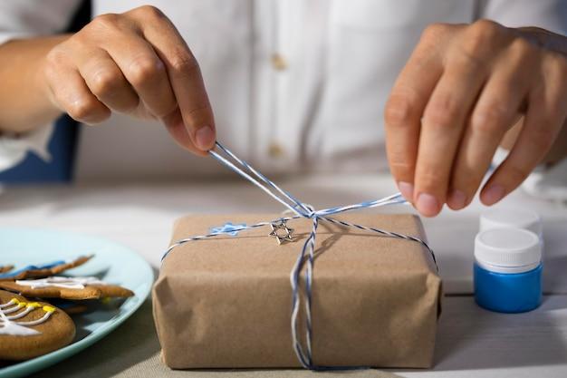 Het maken van een geschenk traditioneel chanoeka joods concept