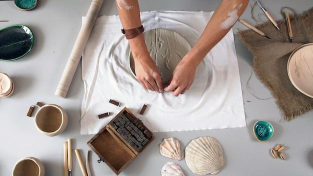 Het maken van een keramisch bord, handgemaakt. het concept van de creatieve persoon.