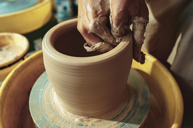 Het maken van een pot of vaas van witte klei close-up. meesterpot.