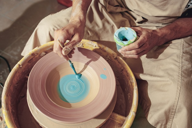 Het maken van een pot of vaas van witte klei close-up