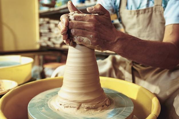Het maken van een pot of vaas van witte klei close-up.