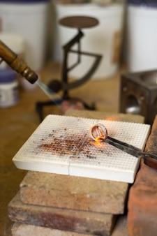 Het maken van een ring hard werkend juwelier concept