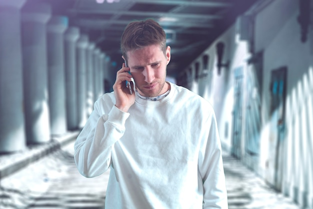 Het maken van een telefoongesprek met behulp van mobiele smarphone online conversatie