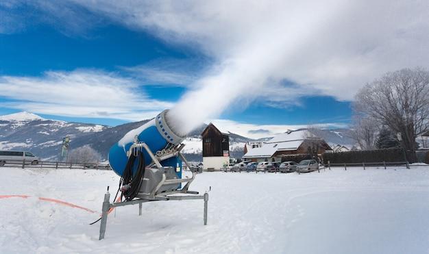 Het maken van kunstmatige sneeuw op skitoevlucht bij koude dag in alpen