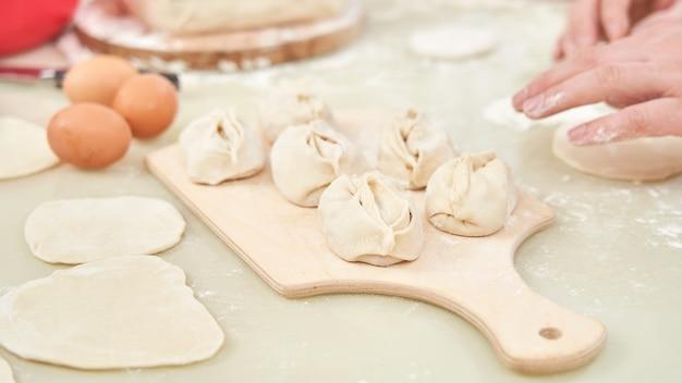 Het maken van oezbeekse nationale gerechten genaamd manta