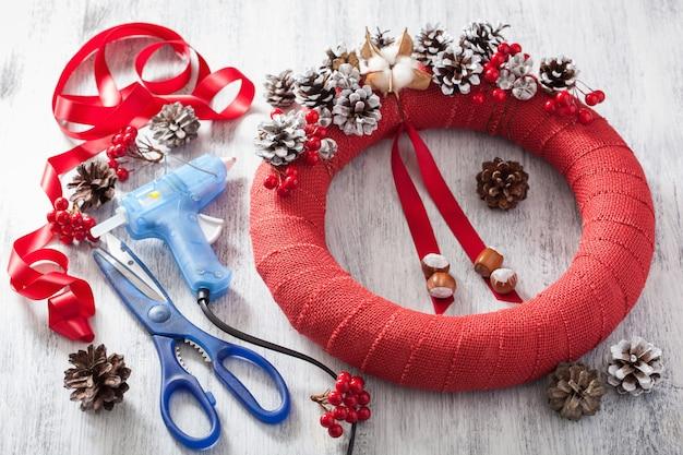 Het maken van rode kerstkrans diy handgemaakt
