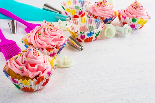 Het maken van roze cupcakes verjaardag cupcake met roze slagroom
