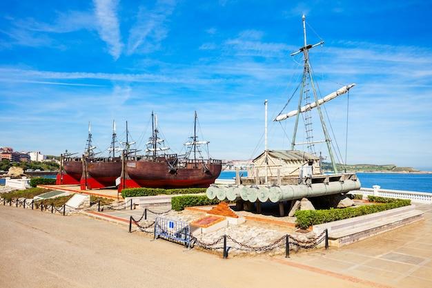 Het man and the sea ship museum of museo el hombre y la mar in het magdalena-park in de stad santander, regio cantabrië in spanje
