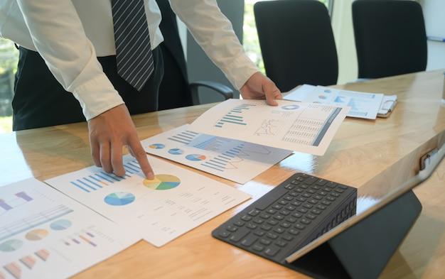 Het management beoordeelt de prestatiegrafiek van het bedrijf.