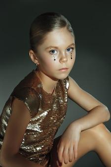 Het manierportret van jong mooi tienermeisje bij studio