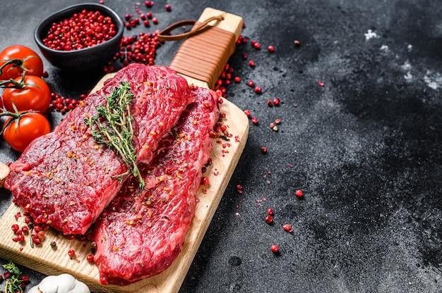 Het marmeren rundvlees biefstuk van denver op een scherpe raad.