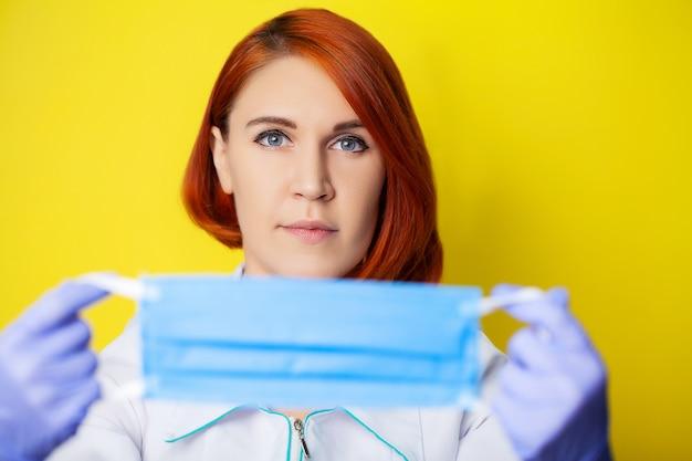 Het masker van de vrouwenholding om mond en neus te behandelen tegen virus te beschermen