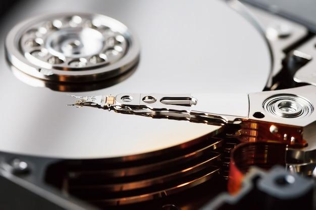 Het mechanisme van de binnenkant van de gedemonteerde harde schijf van een computer