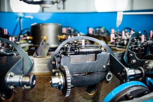 Het mechanisme van een verticale vlechtmachine. apparatuur voor het vlechten van flexibel stalen vlechtwerk.