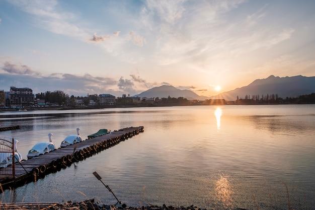 Het meer en de bergenlandschap van japan