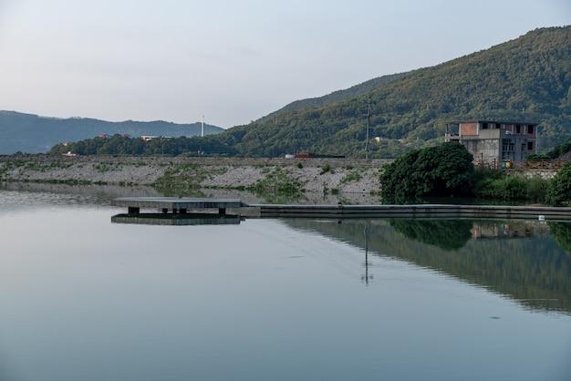 Het meer weerspiegelt de bergen en dorpen