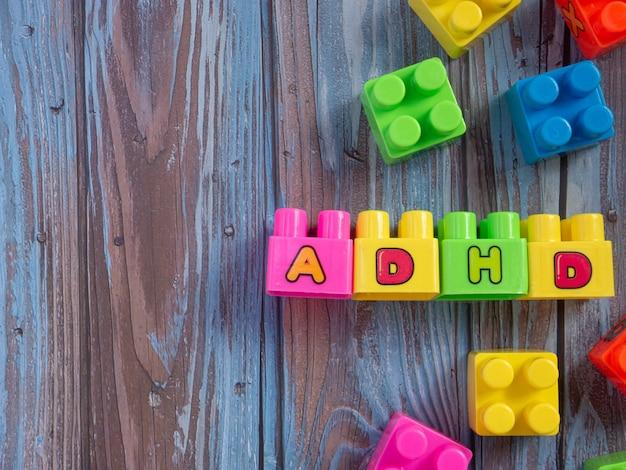 Het meerkleurige adhd-woord van baksteenspeelgoed voor sci of onderwijsconcept