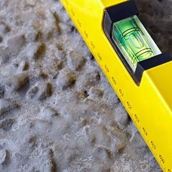 Het meetinstrument op het oppervlak van de fundering van gewapend beton