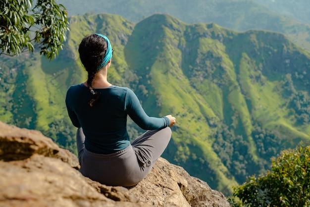 Het meisje aan de top houdt zich bezig met yogatoerist.