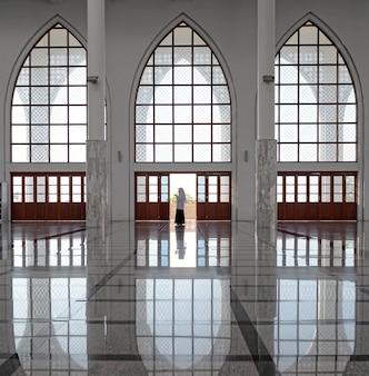 Het meisje bedient in de centrale moskee van songkhla