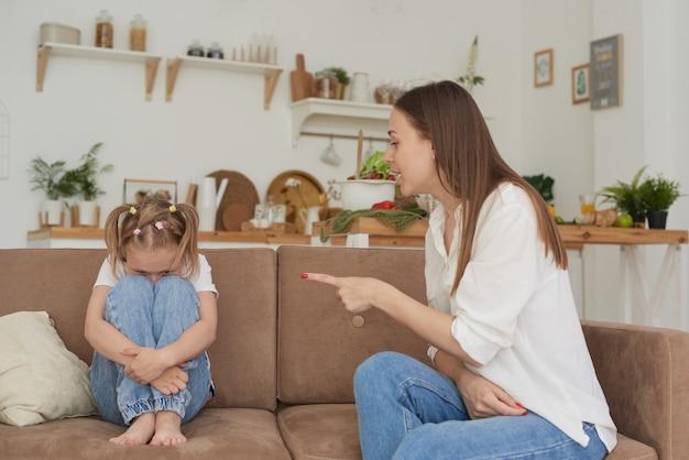 Het meisje begroef haar gezicht op haar knieën en huilde het concept van educatieve problemen