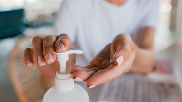 Het meisje behandelt haar handen met antisuptica. hoge kwaliteit foto