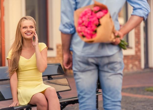 Het meisje bekijkt haar vriend en het glimlachen.