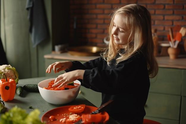 Het meisje bereidt salan in een keuken voor