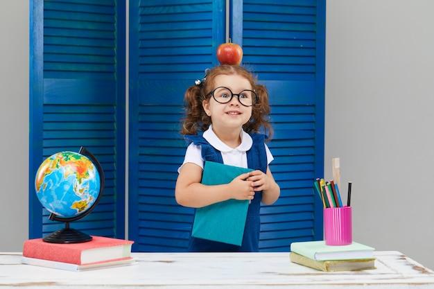 Het meisje bestudeert terwijl het dragen van een afstuderen cap