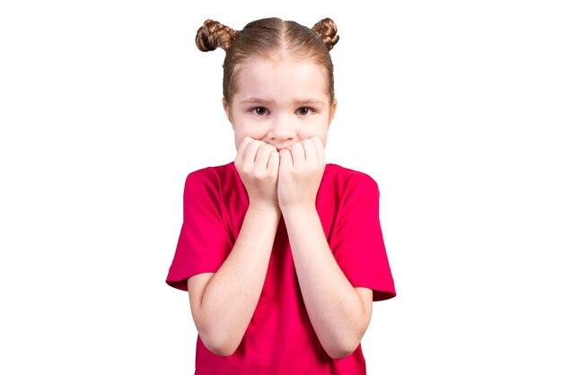 Het meisje bijt op haar nagels en werd bang. geïsoleerd op een witte achtergrond voor elk doel.