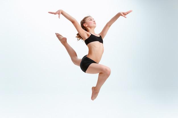 Het meisje dat als moderne balletdanser springt