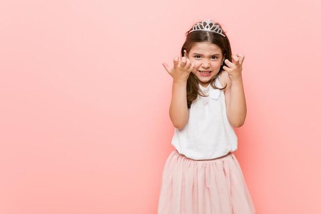Het meisje dat een prinses draagt kijkt verstoord gillend met gespannen handen.