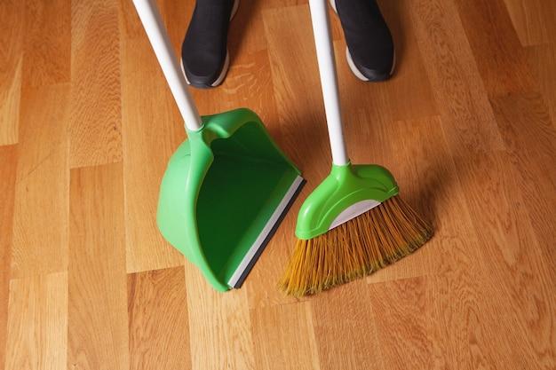 Het meisje dat het schoonmaken doet, reinigt de vloer