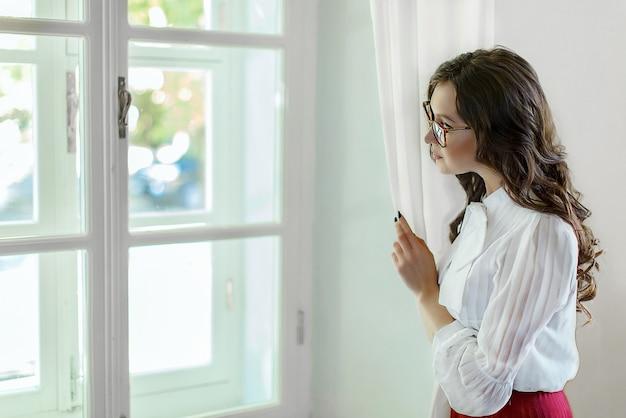 Het meisje dat uit het raam kijkt