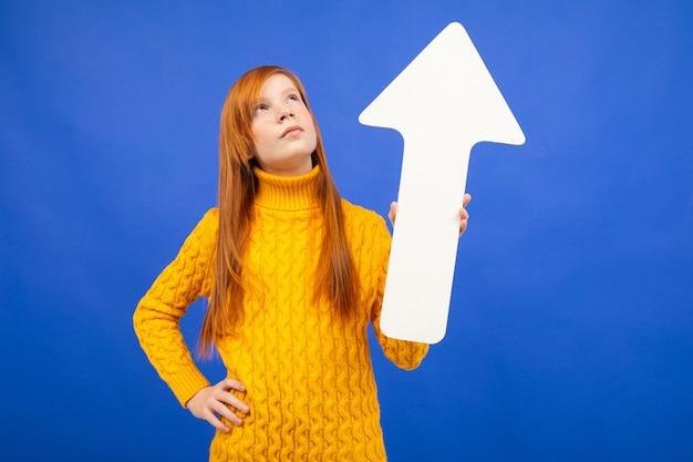 Het meisje dat van de tiener een pijl uit document tegenhoudt als wijzer op blauw
