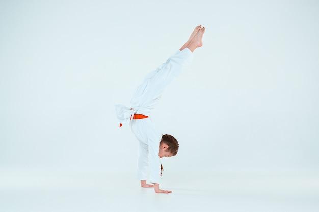 Het meisje dat zich voordeed op aikido-training op een vechtsportschool. gezonde levensstijl en sport concept