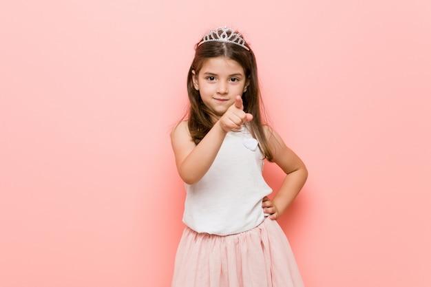 Het meisje die een prinses dragen kijkt hebbend een idee, inspiratieconcept.