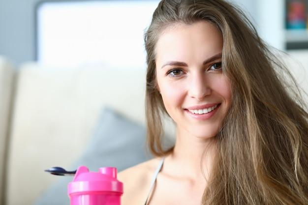 Het meisje drinkt water uit de fles om uitdroging te voorkomen.