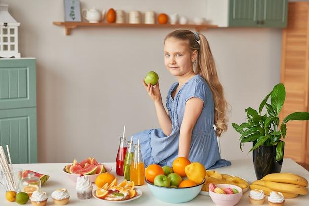 Het meisje eet fruit op een lijsthoogtepunt van voedsel