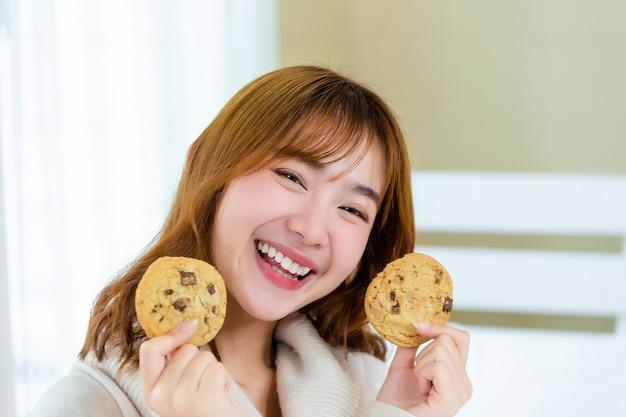 Het meisje en geniet van heerlijke gastronomische koekjes