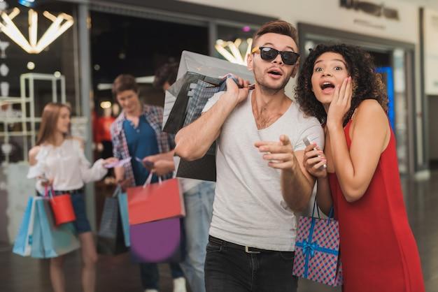 Het meisje en haar vriend winkelen in het winkelcentrum