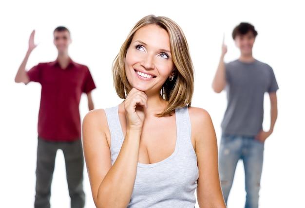 Het meisje en twee jonge mannen op wit wordt geïsoleerd