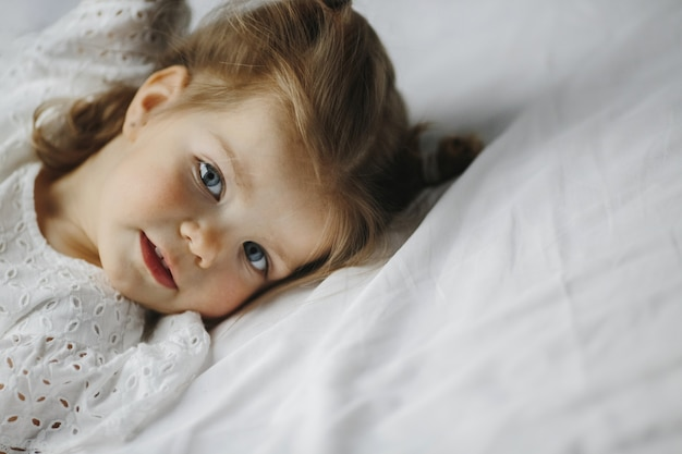Het meisje glimlacht en ontspant